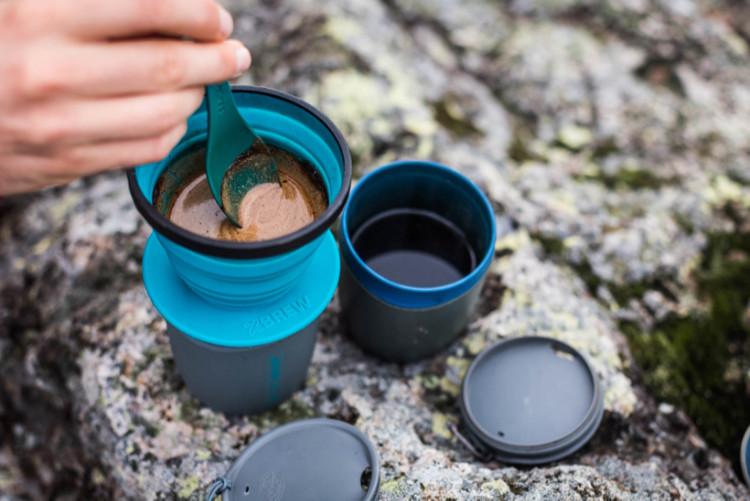 Mexendo suavemente o café enquanto ele passa pelo coador X-Brew