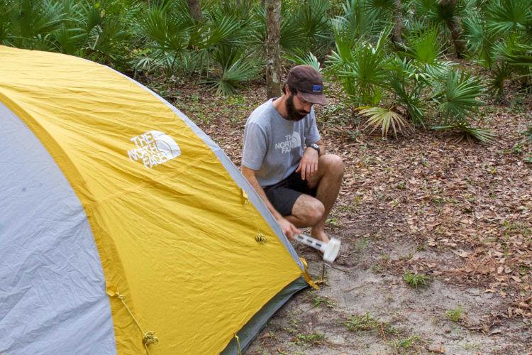 Escolha uma superfície durável para montar seu acampamento
