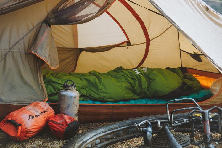 Mantenha os equipamentos organizados em uma viagem de bikepacking