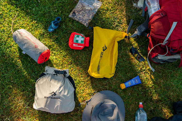 Deixe os potes em casa e use sacos estanques para levar comida no trekking