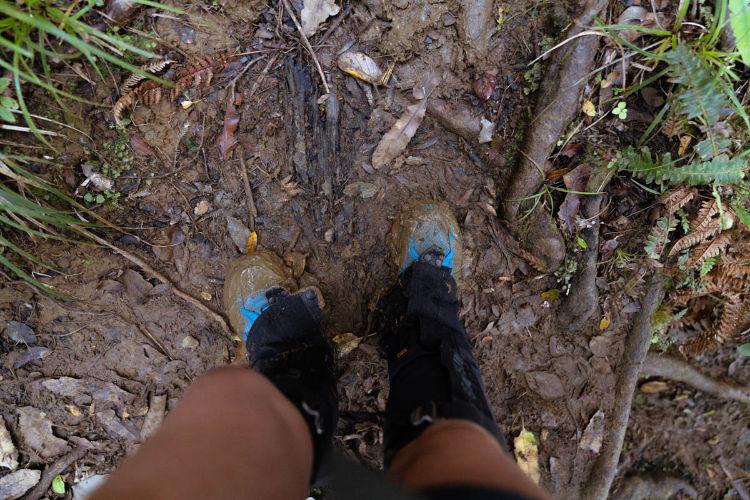 Polainas em uma trilha com lama