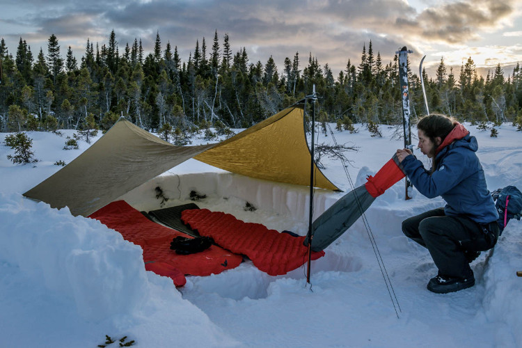 Preparando o local para acampar no frio