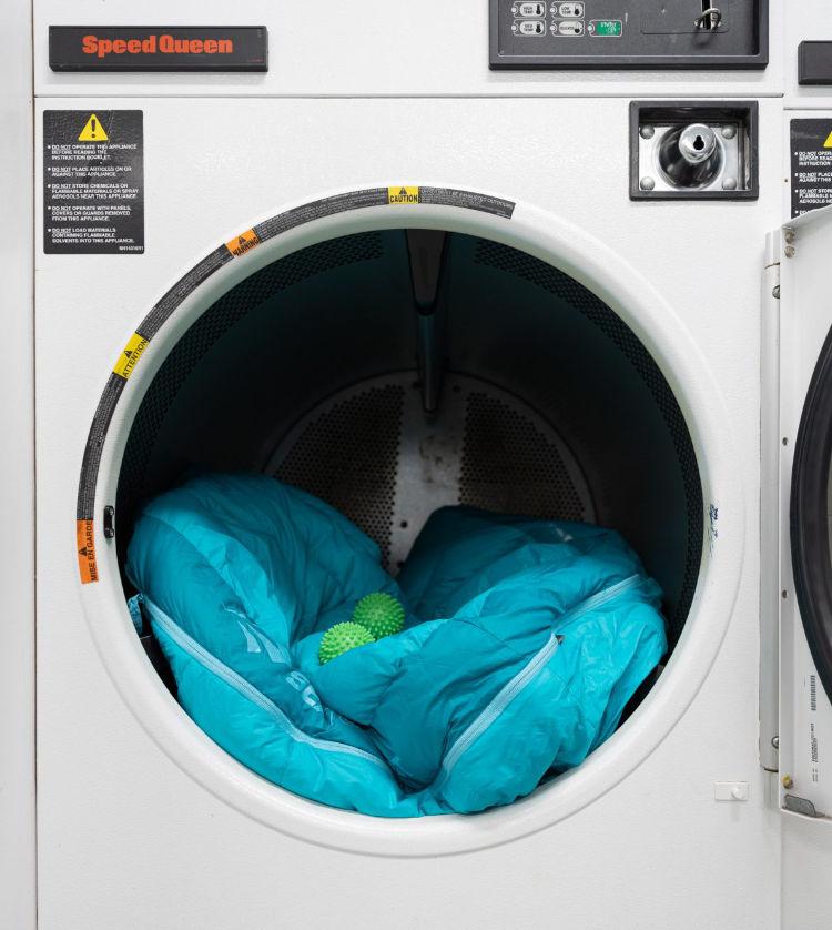 Saco de dormir de pluma na máquina de secar