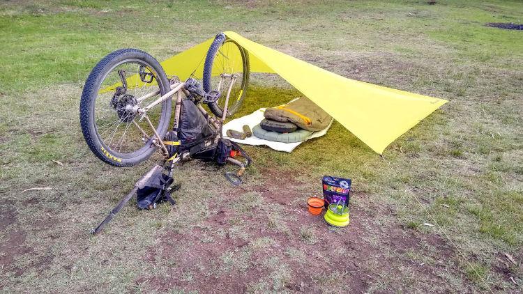 Tarp da Sea to Summit em um abrigo durante uma viagem de bikepacking